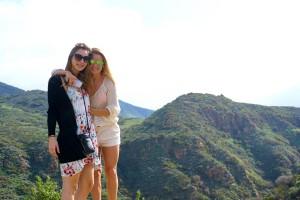 AnneKathrine (AK) og Linnéa på vej ned til Zuma Beach i Malibu. Den smukkeste vej og udsigt derned!